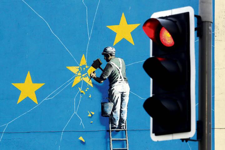 Das Brexit-Wandbild des Streetart-Künstlers Banksy zeigt einen Mann, der die EU-Flagge mit einem Hammer entfernt. Für Sachsens Exportwirtschaft wäre ein harter Brexit ein herber Rückschlag.