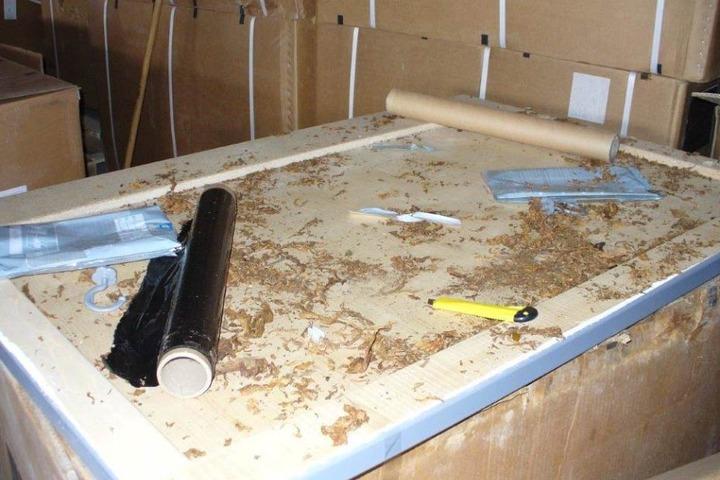 Abgesehen von den Kisten entdeckten man auch Messer, Plastiktüten und einen Staubsauger.