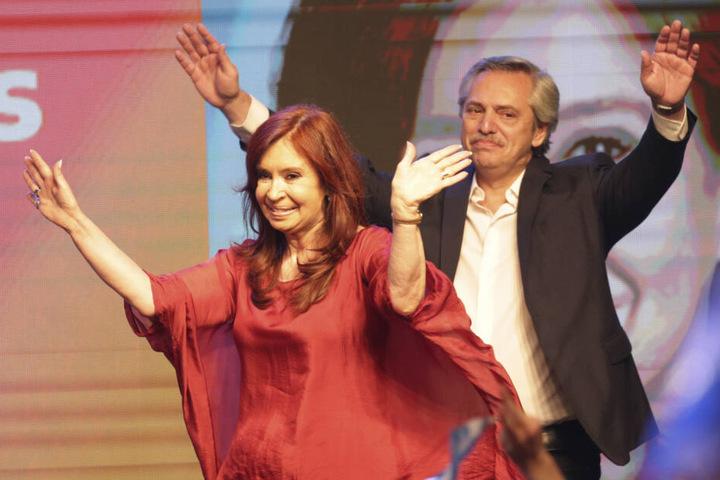 Alberto Fernandez (60) und die ehemalige Präsidentin Cristina Kirchner (66) winken ihren Unterstützern zu.