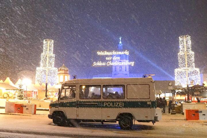 Die Polizei verstärkte ihr Präsenz auf dem Weihnachtsmarkt und patrouillierte mit schwerbewaffneten Einsatz kräften.