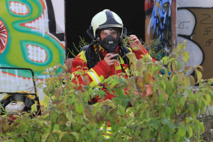 Unter Atemschutz gingen die Einsatzkräfte in die Halle.