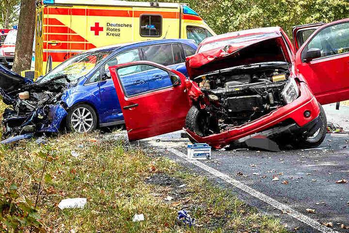 Ein Nissan und ein Ford stießen frontal zusammen.