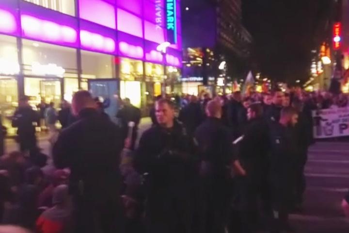 Eine Sitzblockade durch eine linke Gruppe wurde von der Polizei aufgelöst.
