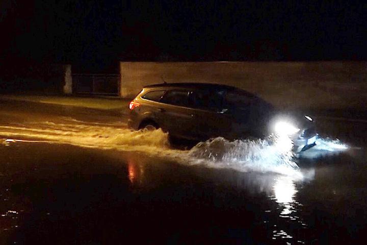 Etliche Straßen wurden durch die heftigen Regenfälle unterspült.