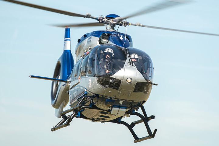 Bei der Fahndung nach den Tätern kam auch ein Hubschrauber zum Einsatz (Symbolbild).