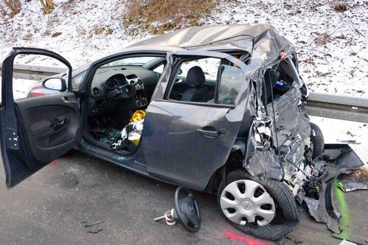 Der Opel Corsa wurde stark in Mitleidenschaft gezogen.