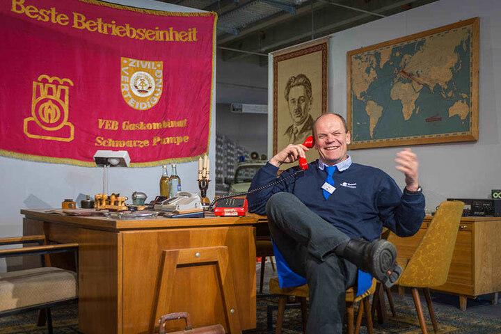 Hier greift der Chef noch selbst zum Hörer: Peter Simmel (57) in einem der Ausstellungsräume.