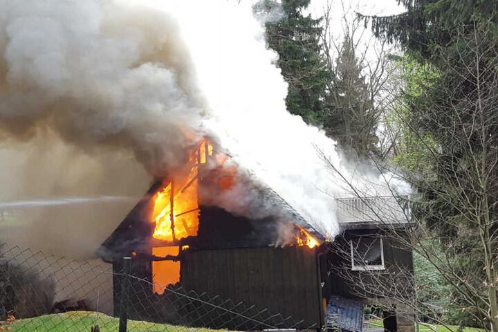 Zum Glück waren zum Zeitpunkt des Feuers keine Personen anwesend. Der Schaden liegt wohl im sechsstelligen Bereich.