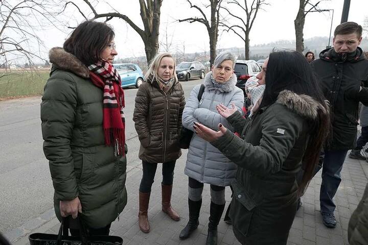 Die Sprecherin des Landesamtes für Schule und Bildung, Petra Nikolov (l.), kam Montag zur Schule, musste sich von aufgebrachten Eltern einiges anhören.