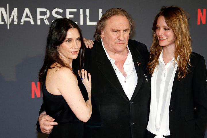 """Die französischen Schauspieler Geraldine Pailhas, Gerard Depardieu und Stephane Caillard (v.l.) posieren im Juni 2016 in Marseille bei der Premiere der französischen Fernseh-Serie """"Marseille""""."""