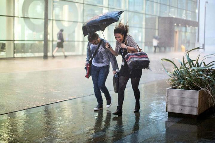 In ganz Sachsen und Thüringen regnet es Sonnabend teils sehr heftig.