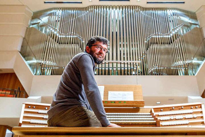 Intonateur Johannes Adler (46) stimmt aktuell die neue Orgel im Kulturpalast ein.
