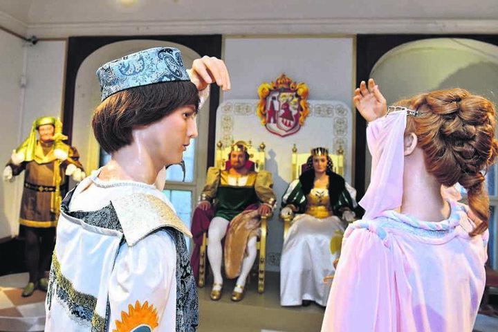 """In der Winterausstellung auf Schloss Moritzburg sind die Kostüme aus dem Märchenfilm """"Drei Haselnüsse für Aschenbrödel"""" zu sehen."""