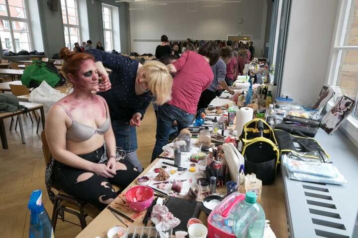 Nicht gerade alltagstauglich: Carina Schröer (29) lässt sich von  Maskenbildnerin Pauline Späte (33, li.) zum Zombie stylen.