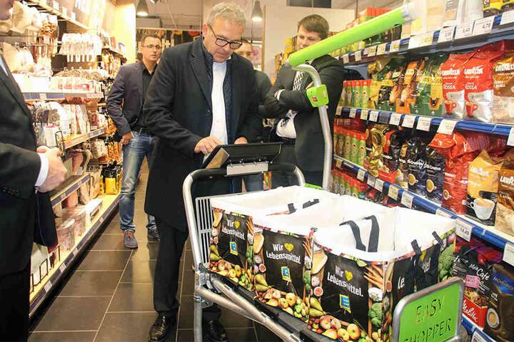 Im Supermarkt scannt Ihr dann die Produkte und packt sie anschließend einfach in den Wagen.
