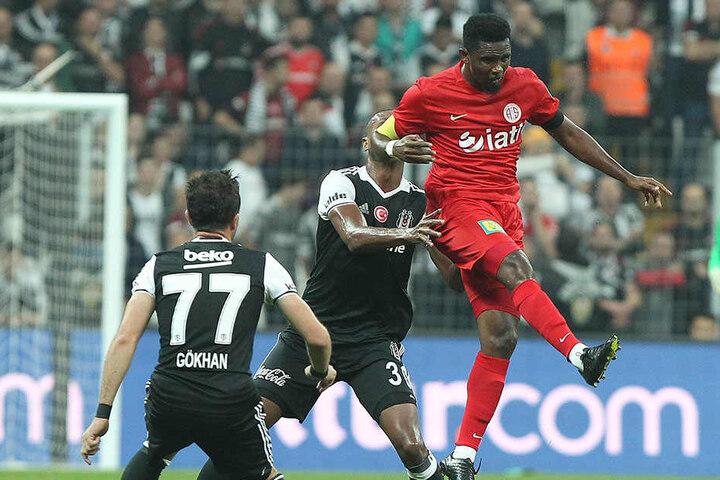Auch nicht alltäglich: Der FCE bekommt es im letzten Saisonvorbereitungsspiel gegen Antalyaspor mit Kameruns einstigen Superstar Samuel Eto'o - hier beim Kopfball - zu tun.
