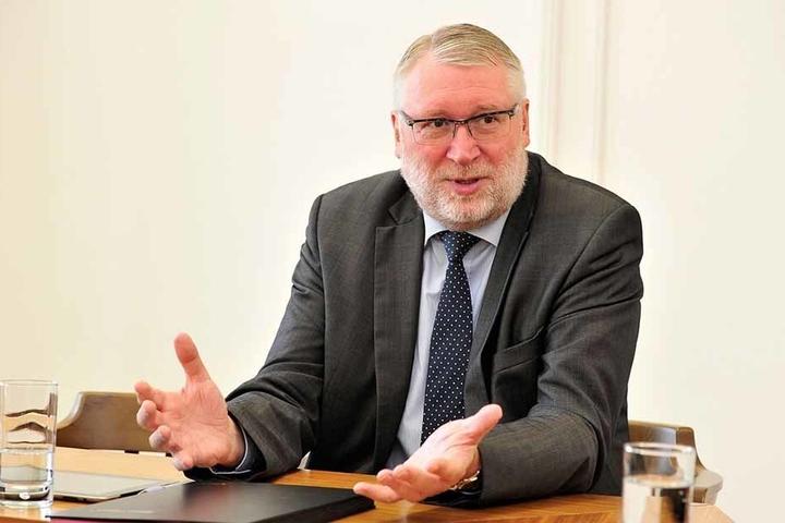 Landrat Matthias Damm (62, CDU) muss dauernd geklaute Wegweiser in seinem kleinen Amerika austauschen lassen.