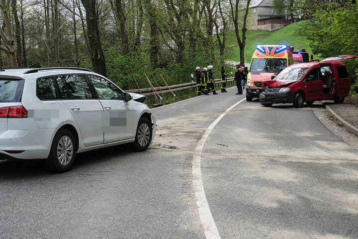 Bei dem Frontalcrash wurden fünf Personen verletzt.