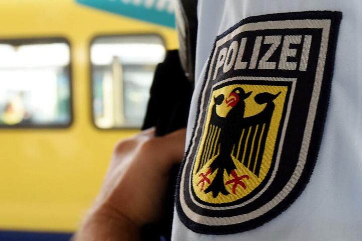 Die Polizei führte den Westafrikaner nach der Bahnsteig-Attacke dem Haftrichter vor. (Symbolbild)