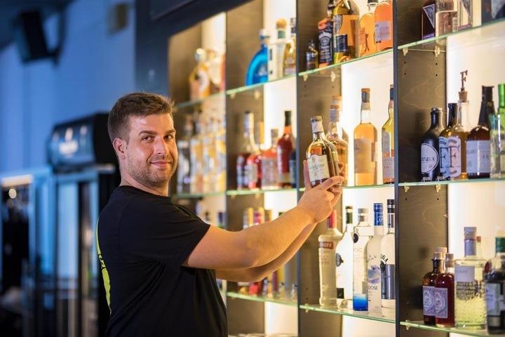 Die Betreiber Thomas Rebsch (35, im Bild) und Timo Stocker (30) haben dem Innenleben der Bar ein Update verpasst.