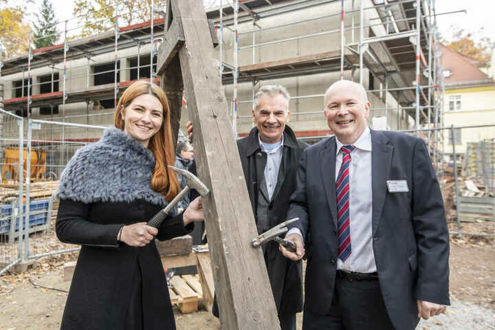Sie feiern den Neubau am Krankenhaus (v.l.): Geschäftsführerin Diana Lohmann (41), Planer Michael Krämer (65) und Geschäftsführer Herbert Günther (66).