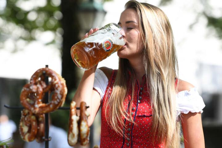 Ab in den Biergarten! Das Wetter in Bayern zeigt sich am Samstag von seiner schönen Seite.