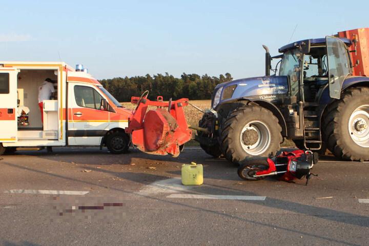 Ein Motorradfahrer wurde auf der Bundesstraße 14 beim Überholen eines Traktors von diesem erfasst.