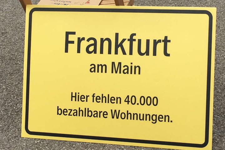 Das Foto zeigt eines der Plakate der Demonstranten auf der Frankfurter Hauptwache.
