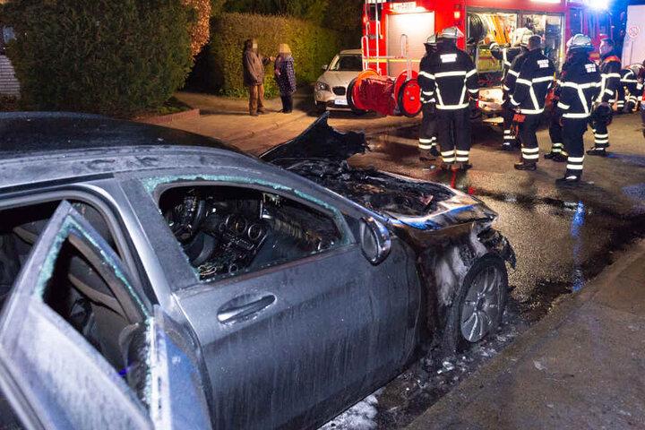 Nach dem Einsatz der Feuerwehrkräfte sind die Schäden am Auto zu sehen.