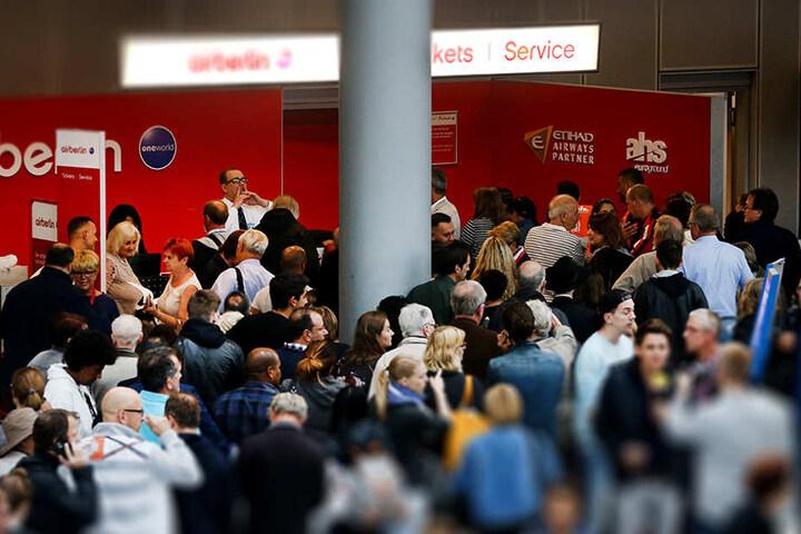 Chaos am Schalter von Air Berlin: Reisende auf dem Flughafen in Düsseldorf müssen warten, weil ihre Flüge annulliert wurden.