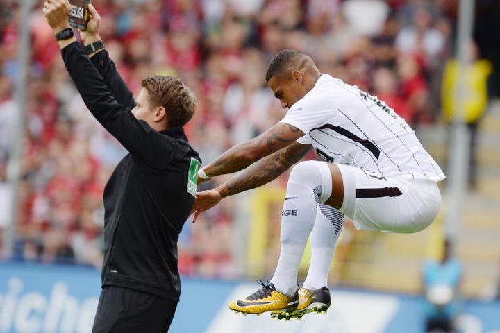 Kevin-Prince-Boateng springt zum Aufwärmen in die Höhe.