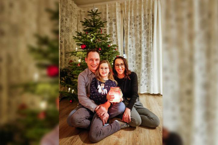Eine glückliche Familie, die schon einiges hinter sich hat: Carlos Reuthe (40), Tochter Anna-Lena (9) und Gattin Kathleen (36) genießen daheim den kuscheligen Advent.