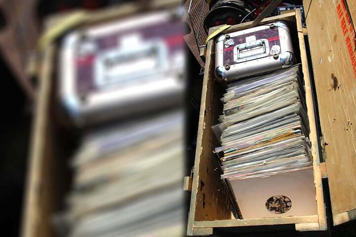 In einer Kiste befanden sich zahlreiche Platten.