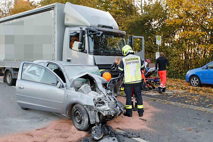 Zwei Verletzte | Crash mit Lkw - Opel fährt in Gegenverkehr