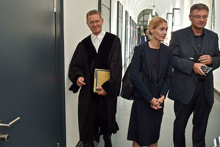 Richter Prade (l.) kurz vor der Verkündung der Entscheidung. Ganz rechts Holger Zastrow (48, FDP).