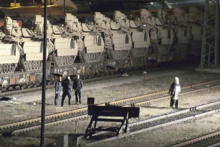 Rettungskräfte stehen an der Unfallstelle, ein Jugendlicher war auf einen der Panzer geklettert.