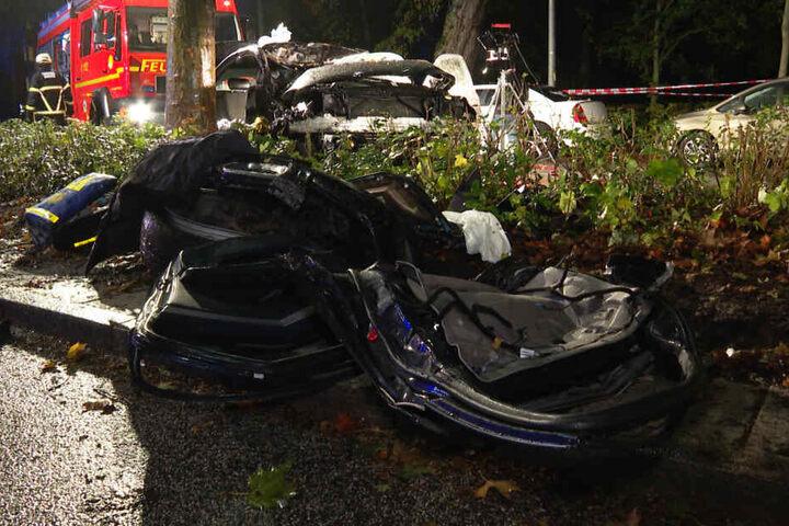 Ein Auto war mit voller Wucht in einen Baum gekracht.