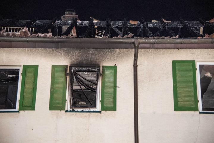 Das Haus ist nachdem das Feuer über drei Stunden brannte unbewohnbar.