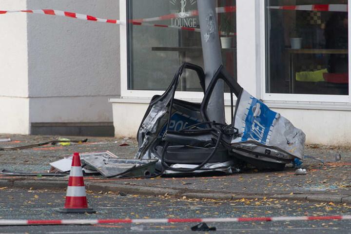 Der Streifenwagen war nach dem Unfall nur noch ein Haufen Schrott.