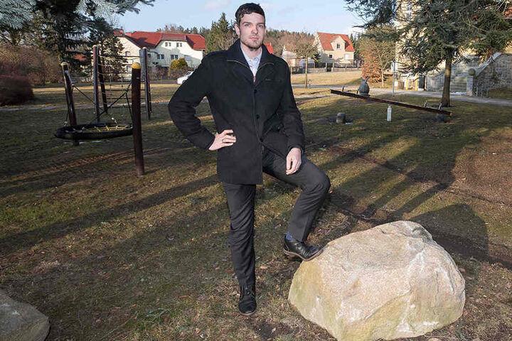 Bürgermeister Achim Wünsche (29) hat den Spielplatz jetzt mit Steinbrocken gegen die Rowdys gesichert.