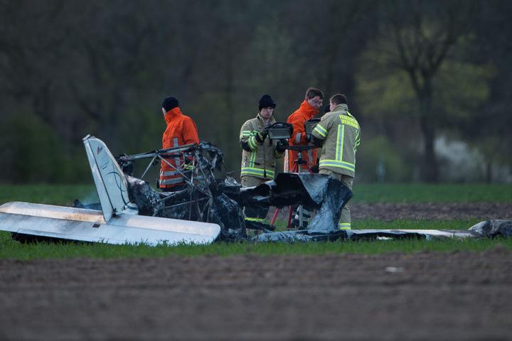 Das Flugzeug stürzte ab, bei Insassen starben.