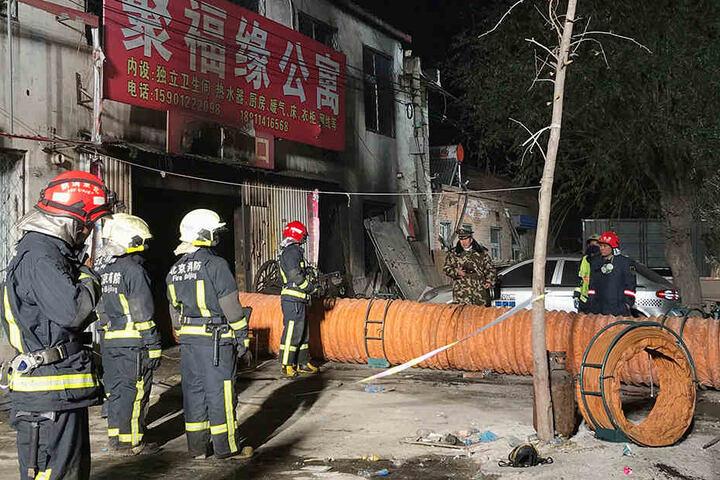 Bei dem Brand starben 19 Menschen, auch Minderjährige. Zahlreiche Personen mussten durch Sicherheitskräfte umgesiedelt werden.