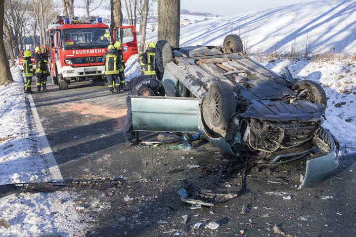 Der Audi blieb nach dem Unfall auf dem Dach liegen.