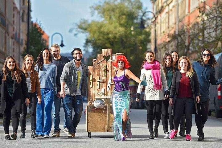 Im Meerjungfrauen-Kostüm zieht Madeleine Lale mit Ihren Freunden samt  Bollerwagen und Klinkentür durch die Stadt.