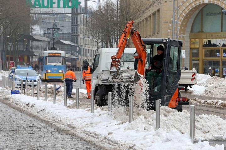 Die Innenstadt wird von den Schneemassen befreit.