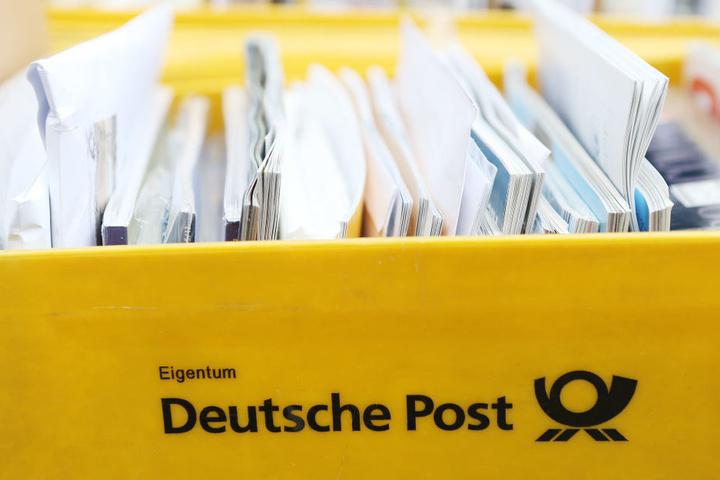 Ganze Kisten voller Briefe und Sendungen entsorgte der Postfahrer in Wald und Flur.