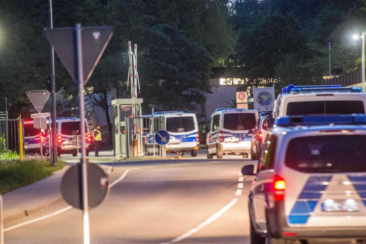 Die Polizei rückt emit Dutzenden Mannschaftsbussen an.