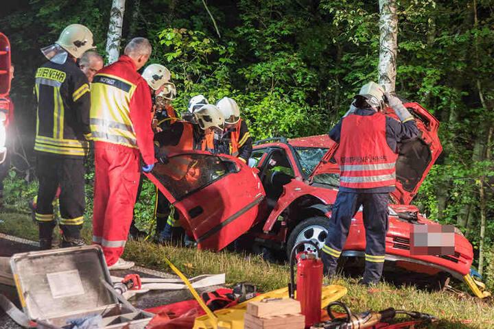 Ein Opel-Fahrer ist am Montagabend gegen einen Baum geprallt.
