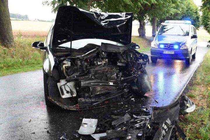 Der VW war vorn komplett zerstört.