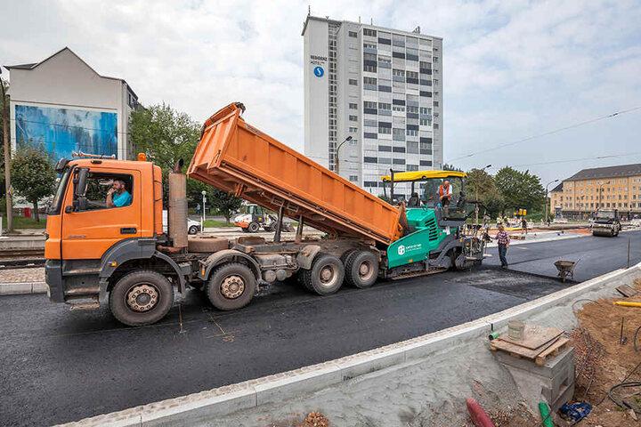 Der Belag ist gleich drauf. In der Bernsdorfer Straße asphaltieren Arbeiter den neuen Straßenabschnitt.